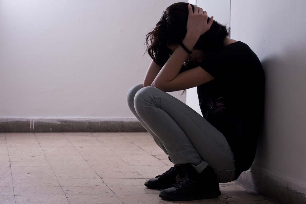 depressed-bleeding-girl-voyeur-uk-celebs